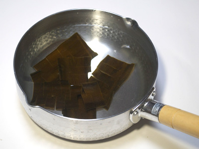 3.鍋に水と昆布を入れて30分ほど水につける。