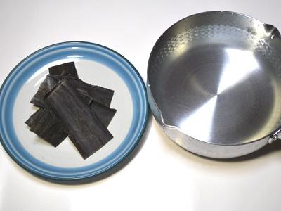 1.分量 水1000cc 昆布30g 昆布の表面を軽く絞ったふきんで吹き上げる。
